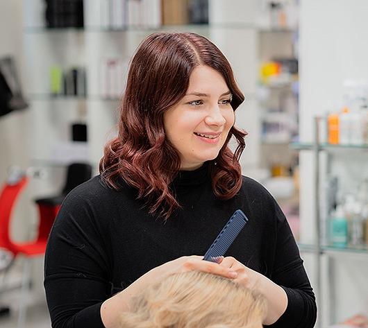 Salon Virho kampaamon hiustenleikkaus, yksilöllinen analyysi